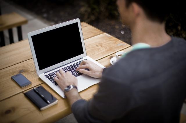 パソコンで耳鳴りが起こる原因と対策